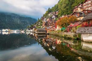 cores de outono no lago em hallstatt foto