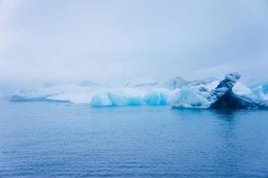 bela imagem vibrante da geleira islandesa e da lagoa glaciar com