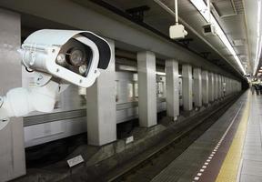 câmera de segurança de cctv operando na plataforma da estação de metrô. foto