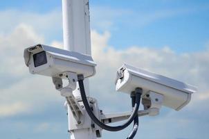 câmeras de segurança externas montadas em um poste alto