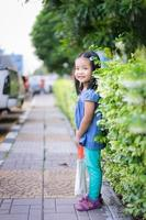 menina carregando bolsa de pano foto