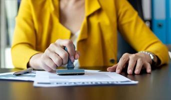 mulher carimbando um documento