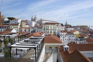 vista sobre os telhados de alfama em lisboa, portugal foto