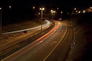 trilhas de carro na curva à esquerda da rodovia foto
