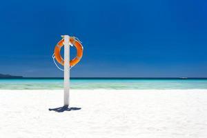 anel de bóia salva-vidas em praia tropical foto