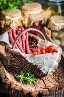 salsichas kabanos frescas na despensa foto