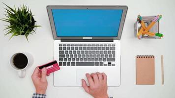mãos de um homem digitando no laptop