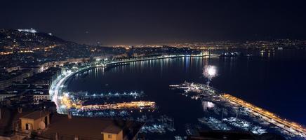 paisagem noturna com fogos de artifício em nápoles foto