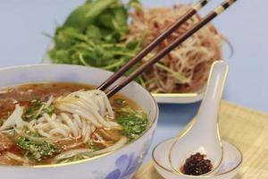 sopa vietnamita contendo aletria de arroz e carne bovina