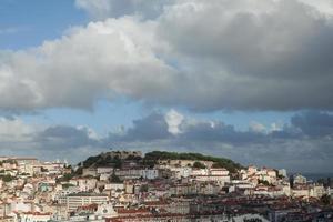 Vista da cidade de Lisboa com sol e nuvens foto
