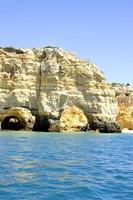 arcos de falésia rochosa, praia marinha, portugal