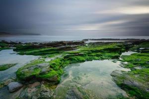 paisagem marinha verde com efeito de longa exposição