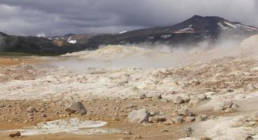 Islândia. krafla. zona vulcânica ativa. rochas vulcânicas quentes. foto