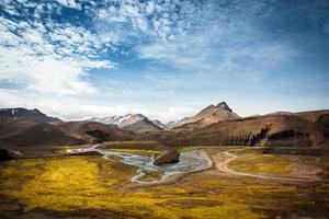 bela vista do vale e do rio na Islândia
