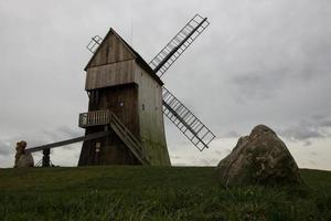 moinho de vento na colina