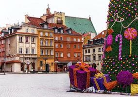 Praça do Castelo de Varsóvia com casas medievais, árvore de Natal.