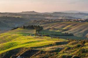 estrada para a cidade italiana na zona rural da toscana.
