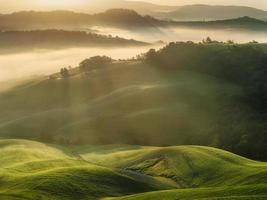 campos da Toscana envoltos em névoa, itália