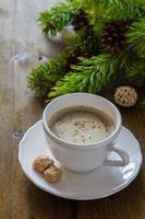 café em copo branco com árvore de natal