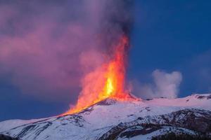 o vulcão etna produz fonte de lava durante a erupção contínua.