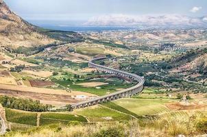 viaduto da rodovia curva em s, sicília