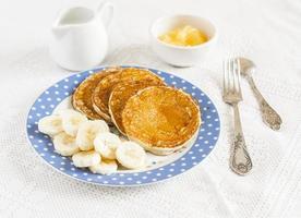 panqueca de banana. delicioso café da manhã. em uma superfície leve foto