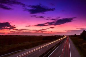 carros em alta velocidade em uma rodovia foto