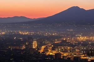 Nápoles com o Monte Vesúvio ao fundo foto