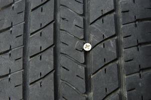 parafuso no pneu. foto