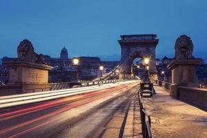 ponte de corrente e palácio real foto