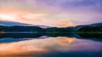 reflexo de um pôr do sol sobre um corpo de água foto
