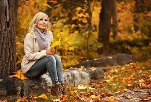mulher de outono. outono. linda garota loira com folhas amarelas