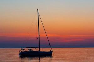 barco de pesca colorido, grécia foto