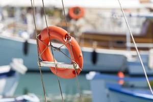 bóia vermelha no navio foto