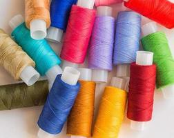 carretéis de linha colorida foto