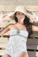 mulher atraente relaxante à beira-mar em um dia ensolarado. foto