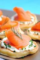 canapés de salmão defumado