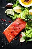 pedaço saboroso de filé de salmão foto