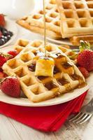 waffles belgas caseiros com frutas foto