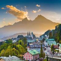 cidade de berchtesgaden com a montanha watzmann ao pôr do sol, bavaria,