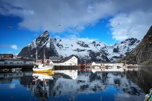 pôr do sol da primavera - reine, ilhas lofoten, noruega