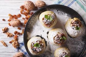 Maçãs rústicas assadas com uva passa e vista superior horizontal de mel