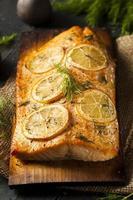 salmão grelhado caseiro em tábua de cedro foto