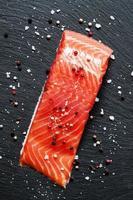 filé de salmão salgado com pimenta picante e sal marinho foto