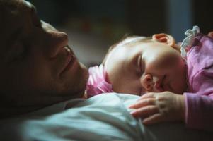 imagem de um jovem pai com uma linda filha em seu