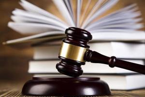 conceito de lei e justiça, martelo de madeira foto