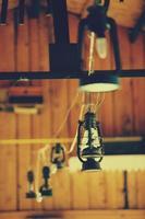 lâmpadas em restaurador rústico