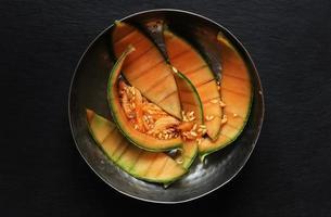 cascas e sementes de melão em uma tigela de aço inoxidável foto