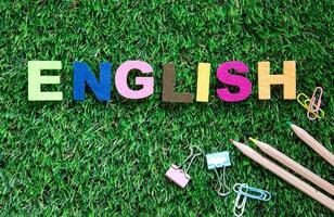 cubos coloridos de palavras em inglês na grama verde foto