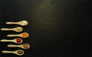 especiarias em pó em pequenas colheres de madeira